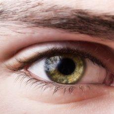 Пятно на роговице глаза называют помутнением