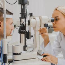 Биомикроскопия сред глаза проводится с помощью щелевой лампы