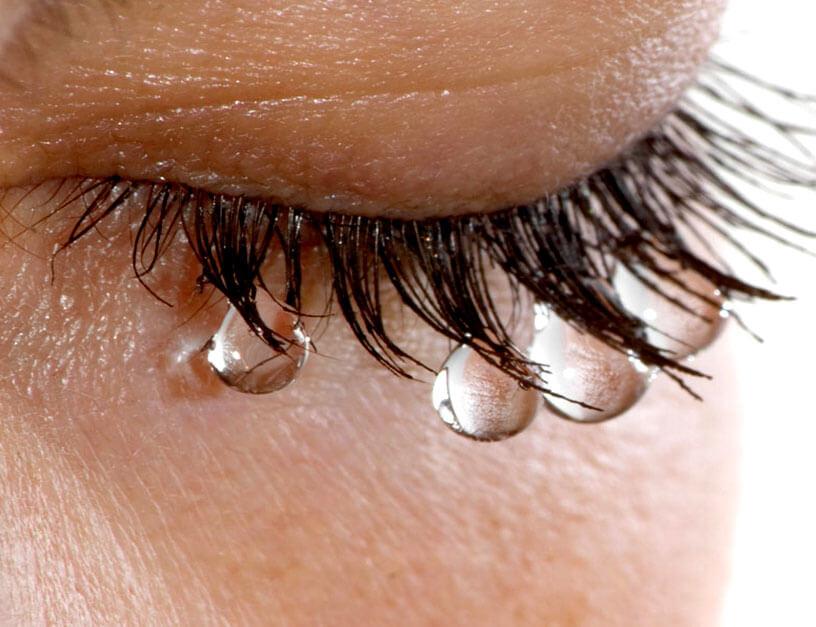 Сильно слезятся глаза: от чего это происходит и как правильно лечить