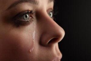 Почему глаза краснеют и слезятся