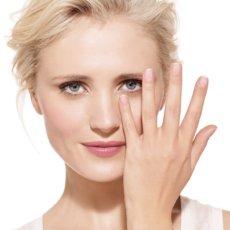 Причинами лопнувшего сосуда под глазом могут выступать множество заболеваний, которые ухудшают состояние сосудистой стенки