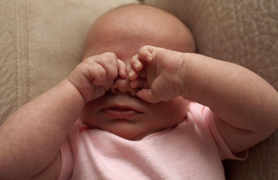 Почему гноится глаз у новорожденного и как его лечить максимально эффективно