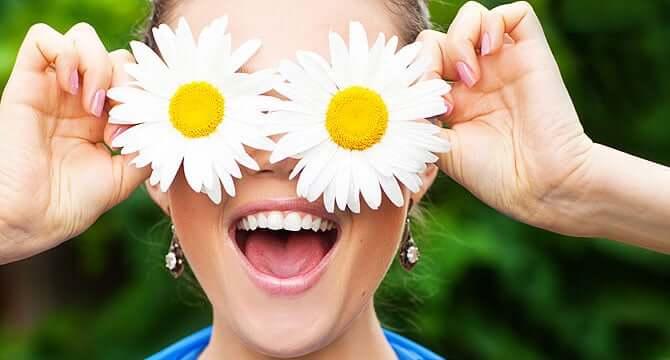 Можно промывать глаза ромашкой или нет: показания к применению и эффективность