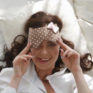 Зачем нужна повязка на глаза для сна и какую разновидность выбрать