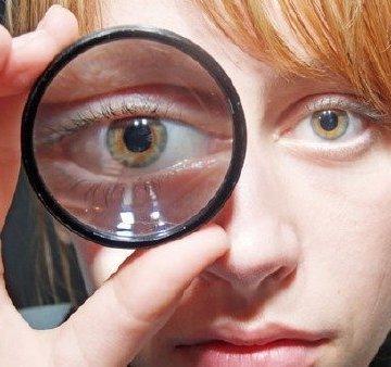 Почему один глаз видит ярче другого и что с этим делать