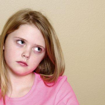 Что это значит, если ребенок закатывает глаза вверх, норма это или патология