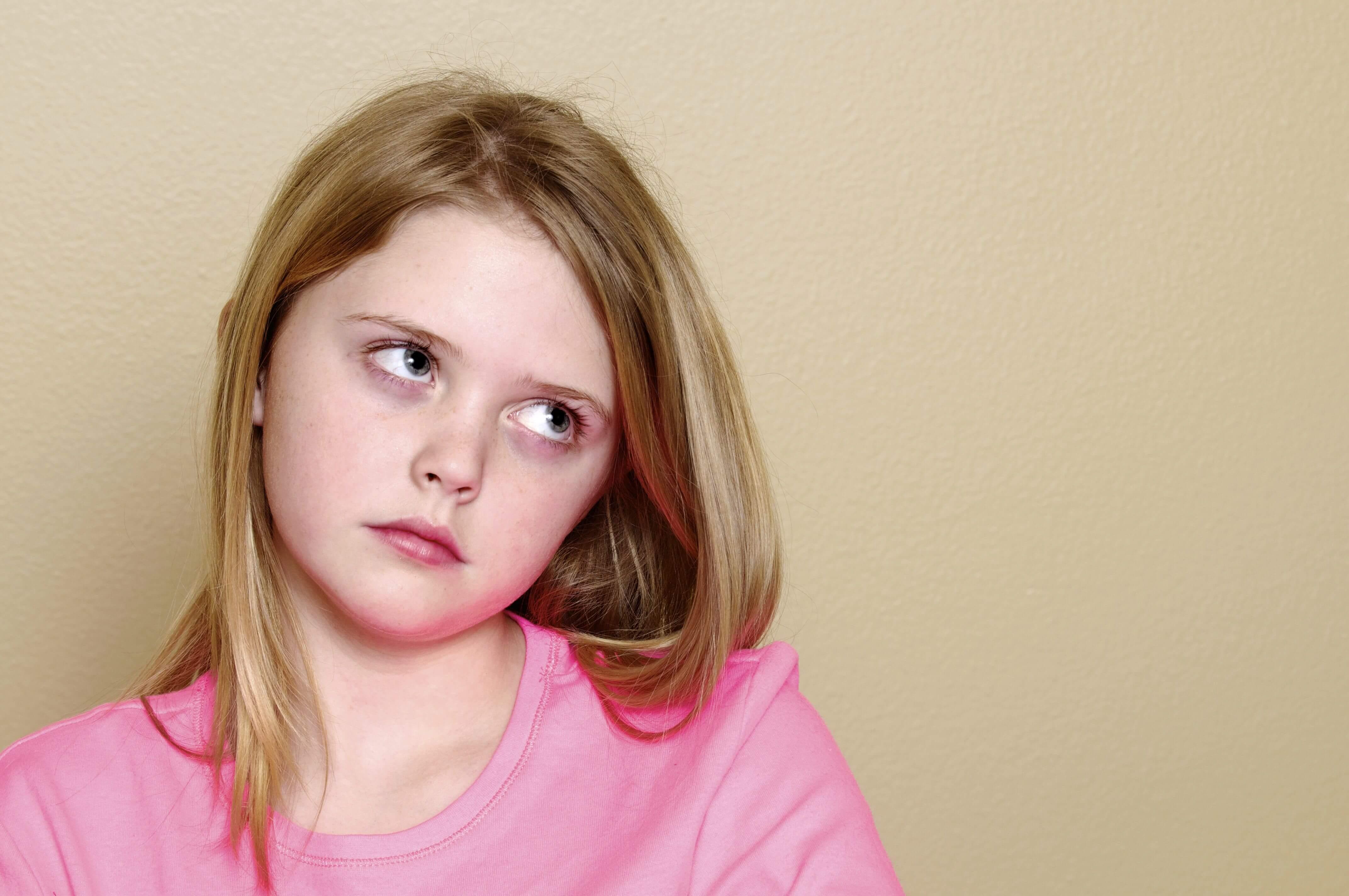 Девочка закатывает глаза