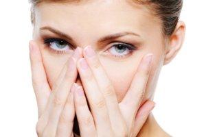 Почему утром опухают глаза и как эффективно избавляться от отеков
