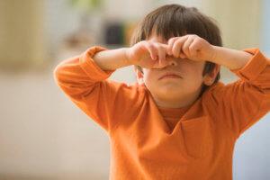 Ребенок трет глаза