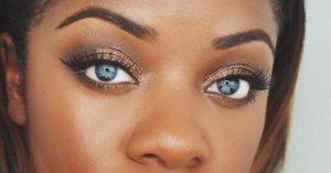 Темная кожа и голубые глаза