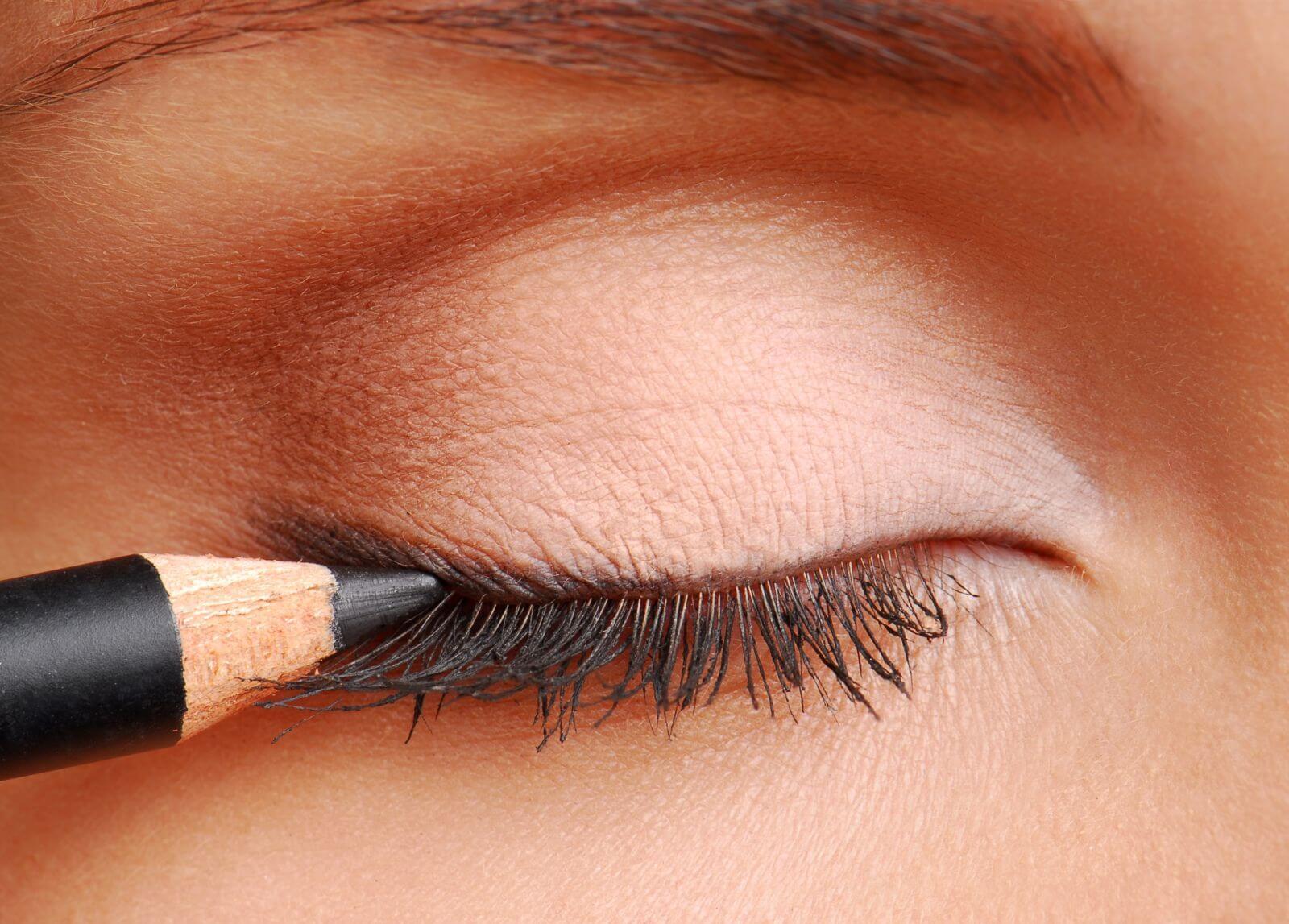 Как красиво сделать стрелки на глазах карандашом: инструкция для начинающих