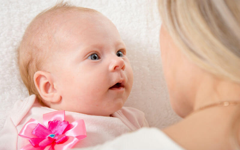 Ребенок смотрит на маму