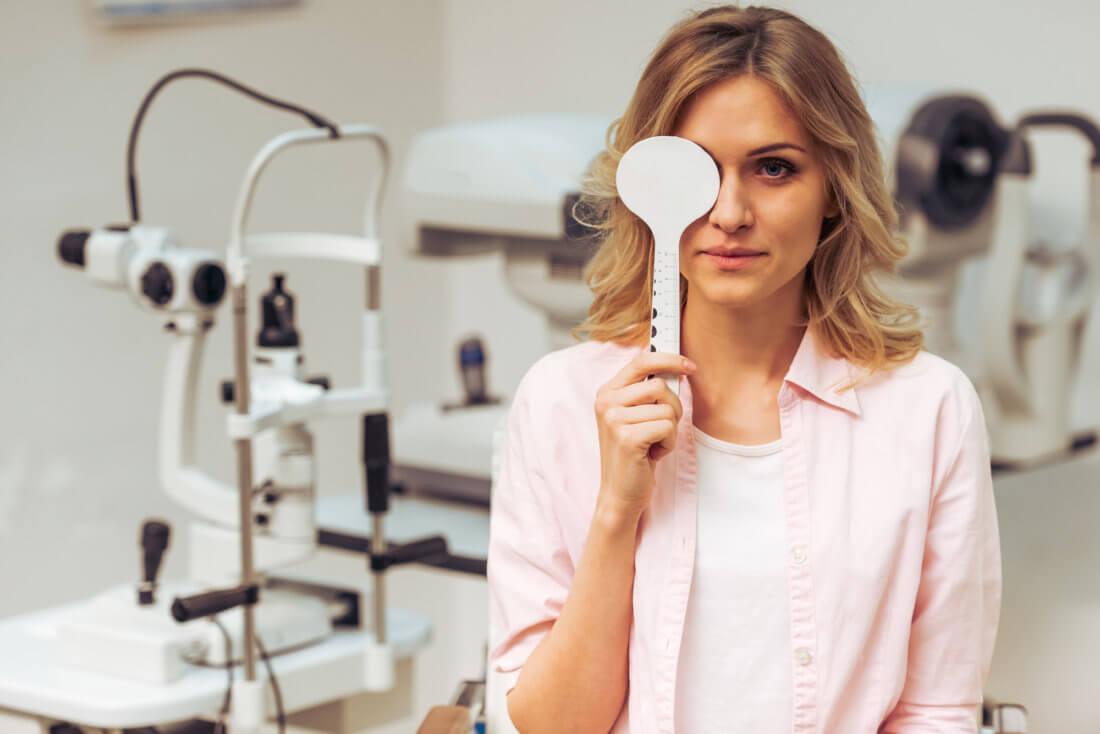 Женщина проверяет остроту зрения
