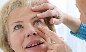 Извлечение соринки из глаза другого человека