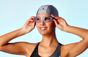 Примерка очков для плавания