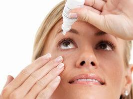 Девушка использует глазные капли