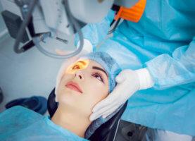 Женщина делает коррекцию зрения лазером